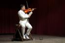 Papa különböző hangszereken hegedül_4